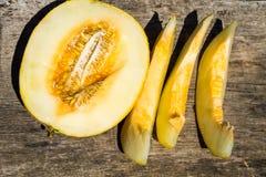 Reife Melone auf rustikalem hölzernem Hintergrund Lizenzfreie Stockfotos