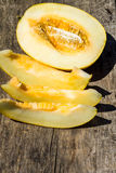 Reife Melone auf rustikalem hölzernem Hintergrund Stockfotografie