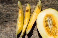 Reife Melone auf rustikalem hölzernem Hintergrund Stockfotos