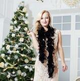 Reife Mittelalterfrau im reichen Innenraum verziert Lizenzfreies Stockfoto