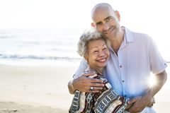 Reife Mutter und Sohn am Strand stockfotografie