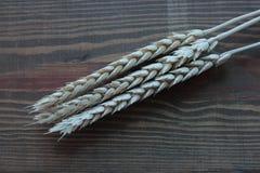 Reife Ohren des Weizens auf einer hölzernen alten Tabelle Lizenzfreie Stockfotografie