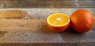 Reife Orange auf dem alten Holztisch stockfotos