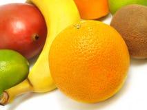 Reife Orangen, Banane, Mangofrucht, Kiwi, Kalke Lizenzfreie Stockfotografie