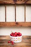 Reife organische selbstgezogene Kirschen und Steine in einer keramischen Schüssel der Weinlese lizenzfreies stockfoto