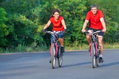 Reife Paare auf Fahrrad lizenzfreie stockbilder