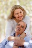 Reife Paare in der Liebe im Freien Stockfotos