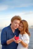 Reife Paare der Liebhaber Mann stellt Blume dar lizenzfreie stockfotografie