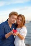 Reife Paare der Liebhaber Mann stellt Blume dar lizenzfreie stockfotos