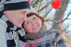 Reife Paare der Liebhaber Mann stellt Herzen dar lizenzfreies stockfoto