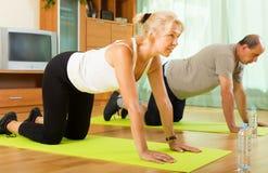 Reife Paare, die Übungen tun Stockbilder