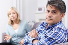 Reife Paare, die Argument zu Hause haben stockfoto