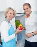 Reife Paare, die Gemüse halten stockfotografie