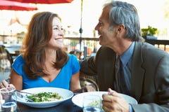 Reife Paare, die Mahlzeit Restaurant am im Freien genießen Stockfotos
