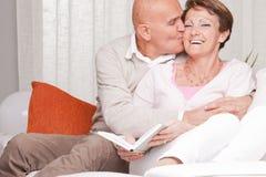 Reife Paare, die sich zu Hause lieben Lizenzfreie Stockfotos