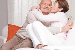 Reife Paare, die sich zu Hause lieben Lizenzfreie Stockfotografie