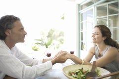 Reife Paare, die zu Mittag essen. Stockbilder