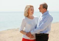 Reife Paare gegen Meer Stockbilder