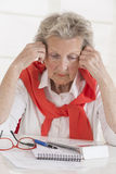 Reife Paare hatten nicht das Geld, zum des Darlehens zurückzuerstatten Frustrierte ältere Frau, die an Hand ihren Kopf beim Sitze Lizenzfreie Stockfotos
