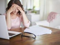 Reife Paare hatten nicht das Geld, zum des Darlehens zurückzuerstatten Lizenzfreie Stockfotos