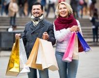 Reife Paare im Einkaufsausflug Stockbilder