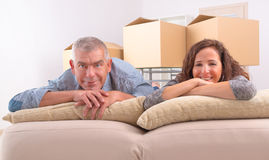 Reife Paare am neuen Haus lizenzfreie stockfotos