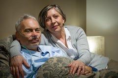 Reife Paarfrau, die kranken Ehemann stützt Stockfotografie