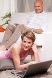 Reife Paarlesenachrichten in den digitalen Geräten Stockbild