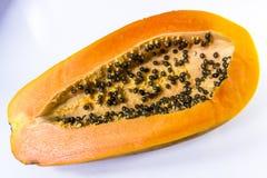 Reife Papaya auf weißem Hintergrund Stockfotos