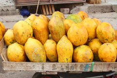 Reife Papayas für Verkauf Stockfotos