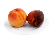 Reife Pfirsiche auf einer Platte Lizenzfreie Stockbilder