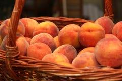 Reife Pfirsiche in einem Korb Stockfoto