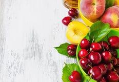Reife Pfirsiche und Kirschen Stockbilder