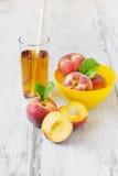 Reife Pfirsiche und Pfirsichsaft Stockfoto