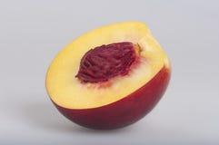 Reife Pfirsichfrucht halb Stockbild