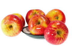 Reife rote Äpfel auf einer Platte Lizenzfreie Stockfotografie