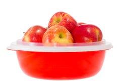 Reife rote Äpfel auf einer Platte Stockfotos
