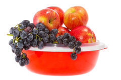 Reife rote Äpfel auf einer Platte Stockbild