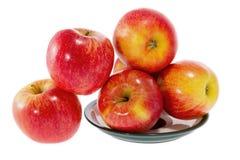 Reife rote Äpfel auf einer Platte Stockfoto