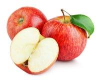 Reife rote Äpfel mit Hälfte und Apfel treiben auf Weiß Blätter Stockbild