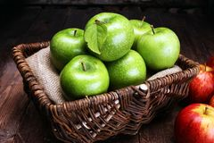 Reife rote Äpfel und grüner Apfel auf hölzernem Hintergrund Stockfotos