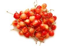 Reife rote Kirschen schossen auf einem weißen Hintergrund Lizenzfreies Stockfoto