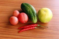 Reife rote Pfeffer, Zitrone und reife rote Tomaten Stockfoto