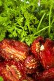 Reife rote sonnengetrocknete Tomaten mit Petersilie Lizenzfreies Stockfoto