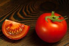 Reife rote Tomaten auf einem Holztisch Lizenzfreie Stockfotos