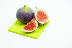 Reife süße Feigen, Frucht mit Hälfte und Viertel auf weißem Hintergrund Stockbild