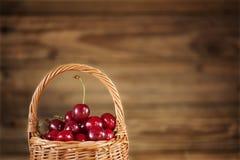 Reife süße Kirschen in der Korbnahaufnahme Stockfotografie