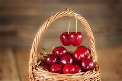 Reife süße Kirschen im Weidenkorb Lizenzfreies Stockbild