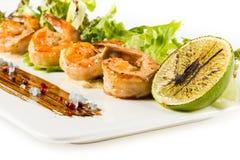 Reife saftige Cocktail-Garnelen-Platten-Nahaufnahme mit Gemüse Lizenzfreie Stockfotos