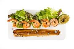 Reife saftige Cocktail-Garnelen-Platten-Nahaufnahme mit Gemüse Beschneidungspfad eingeschlossen Flache Lage Lizenzfreie Stockfotografie